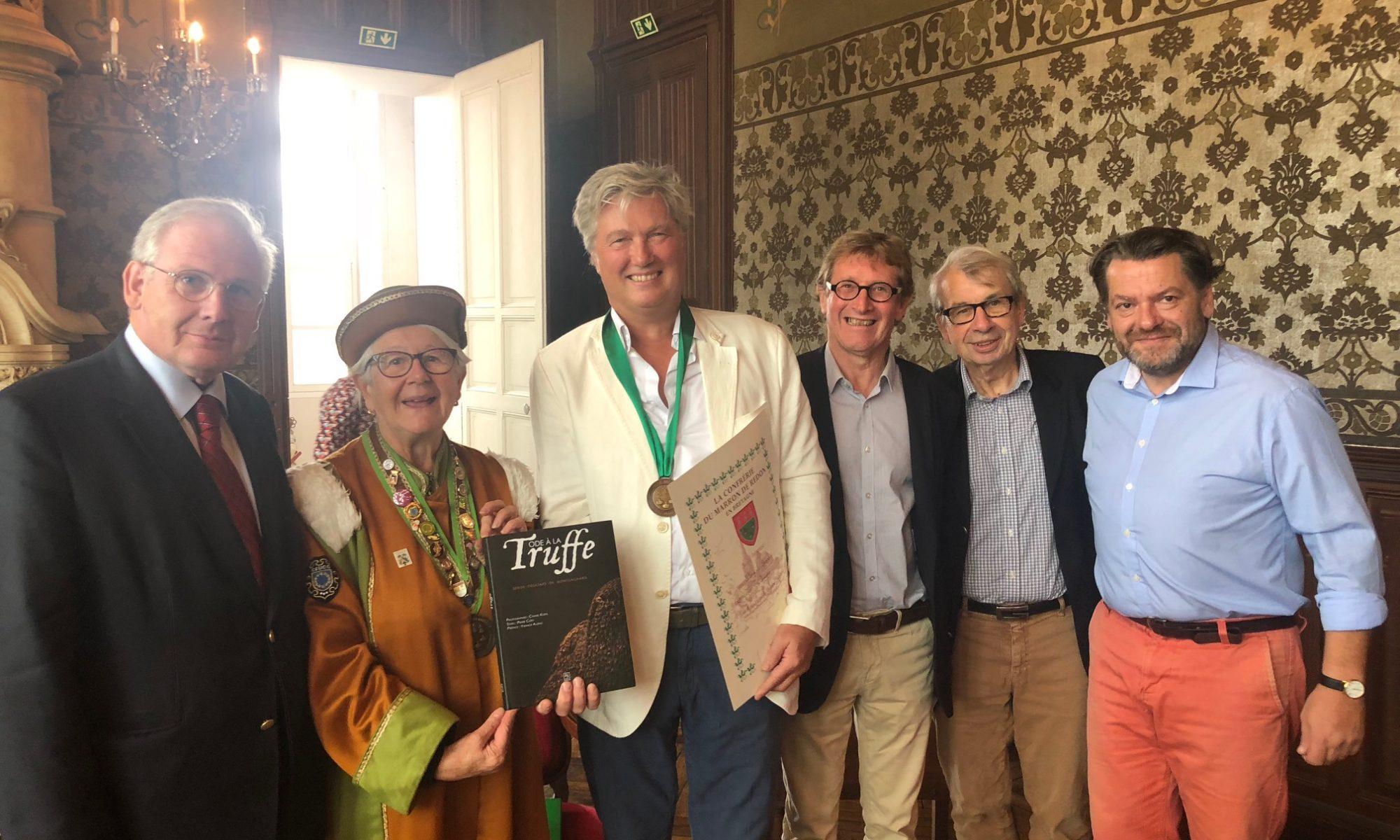Serge Desazars en compagnie des membres de la confrérie du Marron de Redon